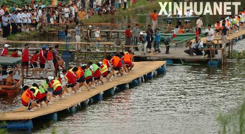 Chinese dragon boat tug of war--developing traditional sport in creative way